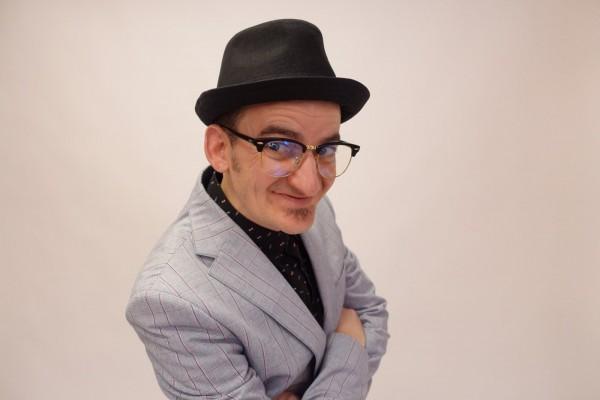 Изненадахме актьора Ники Станоев с нов чифт очила